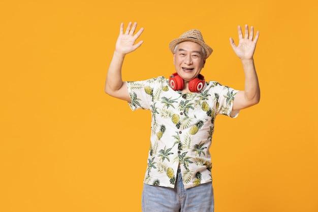 Il vecchio uomo che indossa abiti da spiaggia
