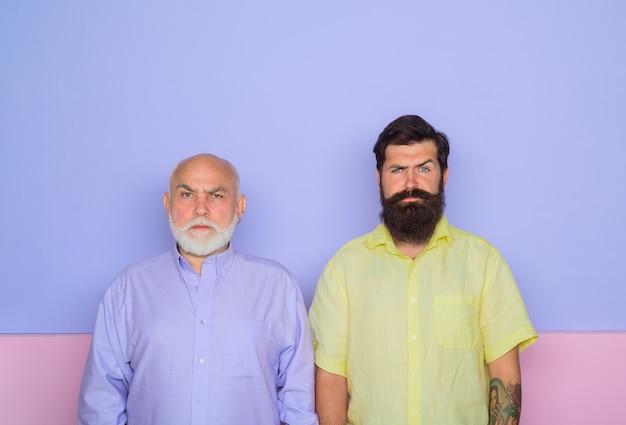 Vecchio e giovane vecchio papà e figlio adulto generazione uomo barbuto due uomini barbuti