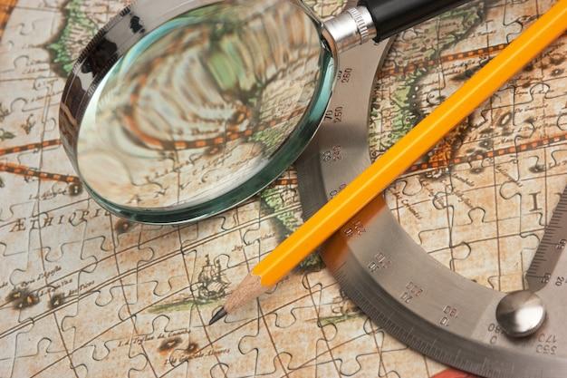 Vecchia mappa e un anello con un goniometro, natura morta