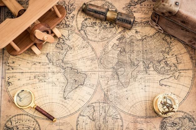 Vecchie mappe e oggetti nautici vintage