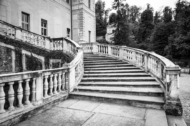 Vecchia scala di marmo in villa italiana abbandonata