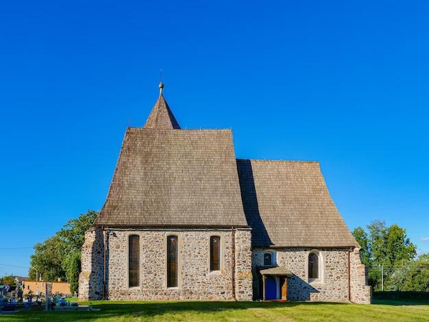 Vecchia chiesa medievale in mattoni nella bassa slesia, polonia