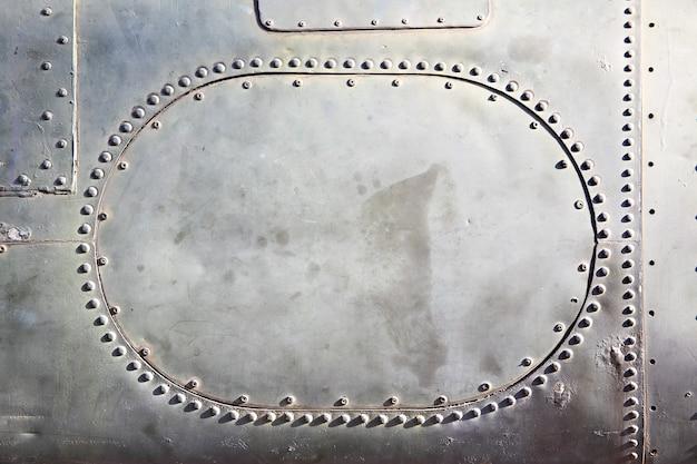 Vecchio fondo in metallo con piastra e rivetti