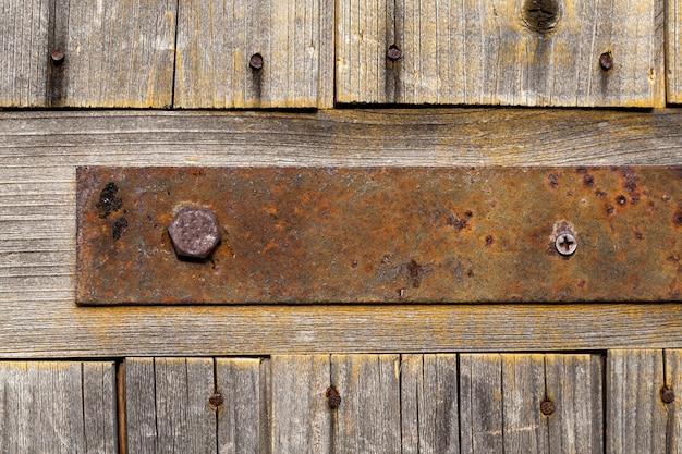 Vecchi fissaggi metallici a porte o cancelli in legno, costruzioni rustiche