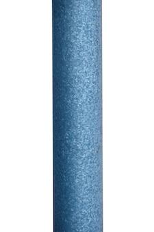 Vecchio palo di metallo isolato su sfondo bianco