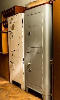 Vecchia cassaforte in metallo, armadietto per documenti ignifugo