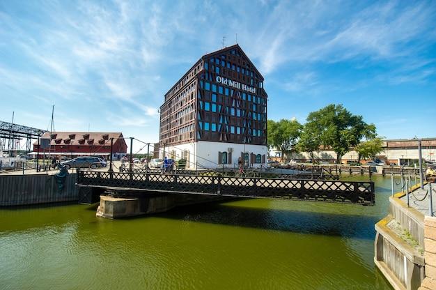 Old mill hotel sull'argine del fiume dane nella città vecchia di klaipeda, lituania