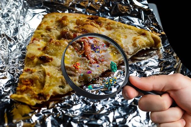 Vecchia pizza ammuffita sullo sfondo. avvelenamento del cibo