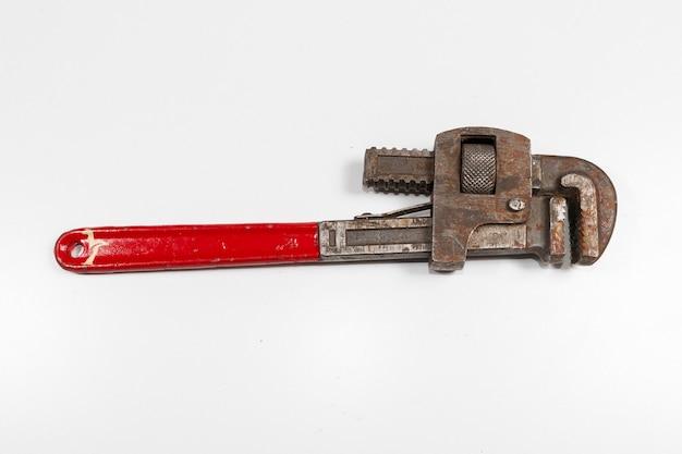 Vecchia chiave di scimmia isolata su bianco