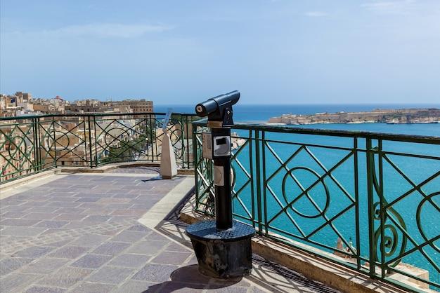 Il vecchio cannocchiale per turisti indica la riva del mare in una giornata di sole. paesaggio incredibile
