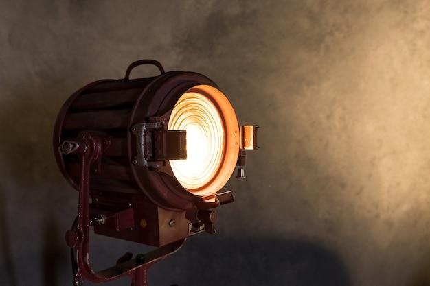 Vecchio proiettore cinematografico con lente e lampada calda