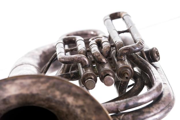 Vecchio strumento a fiato musicale isolato su sfondo bianco