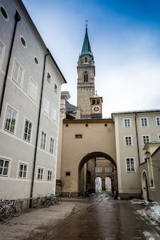 Vecchia strada stretta con la chiesa cattolica a salzburg