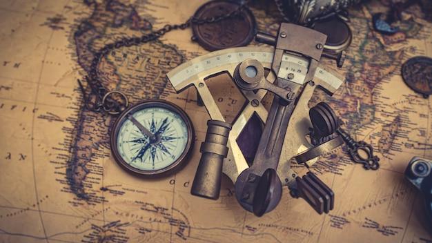 Vecchio strumento di misura nautico