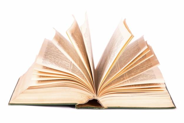 Vecchio libro aperto su sfondo bianco.