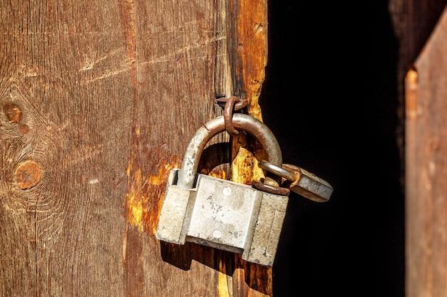 Vecchio lucchetto su una porta di legno