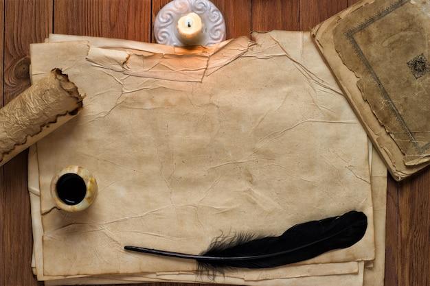 Vecchia carta con candela e penna nera, sfondo bianco per il testo
