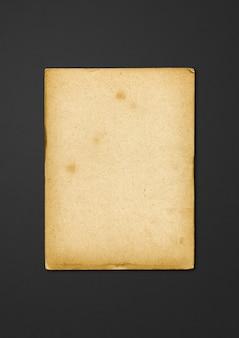 Vecchia struttura di carta pergamena isolata su priorità bassa nera