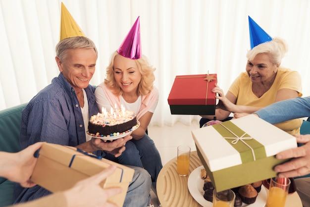 Gli anziani festeggiano insieme il loro compleanno