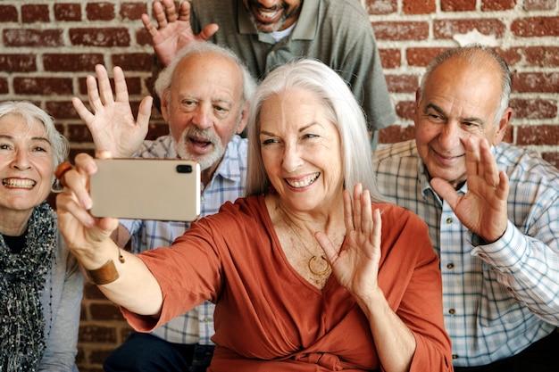 Vecchi che salutano la videochiamata