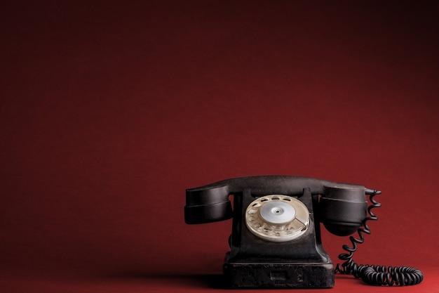 Un vecchio telefono sui rossi