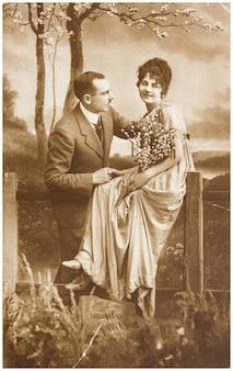 Vecchia foto di felice giovane coppia romantica di donna e uomo nel giardino di primavera.