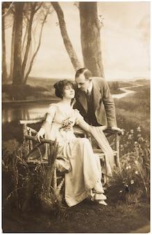 Vecchia foto di giovane coppia romantica di donna e uomo nel giardino di primavera.