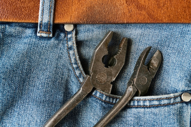 Vecchie pinze nella tasca dei jeans