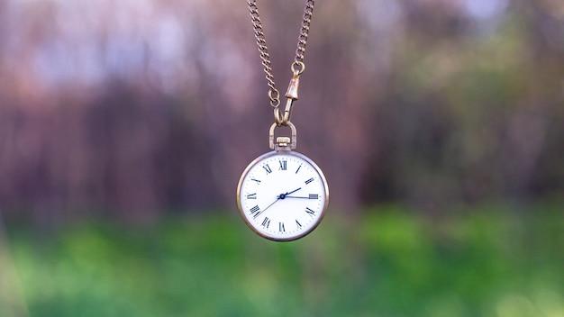 Vecchio orologio da tasca su una catena. il concetto del tempo che passa.