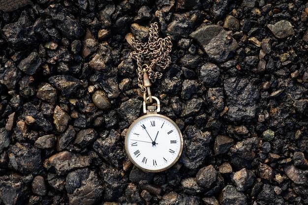 Vecchio orologio da tasca a terra. il concetto del tempo che passa