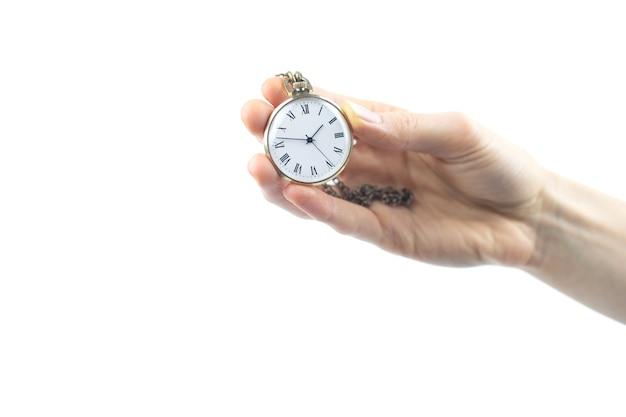 Vecchio orologio da tasca in mano di una donna. spazio negativo. copia spazio per il testo.