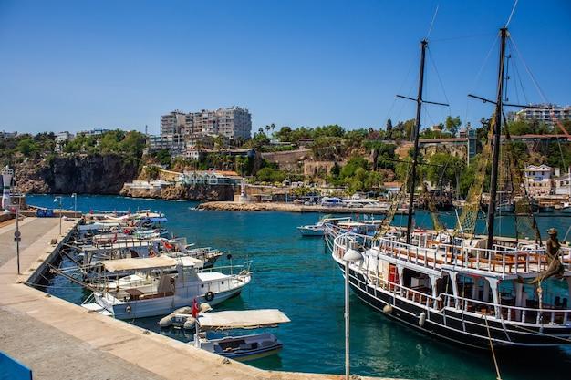 Vecchio porto nel centro antico di antalya in turchia