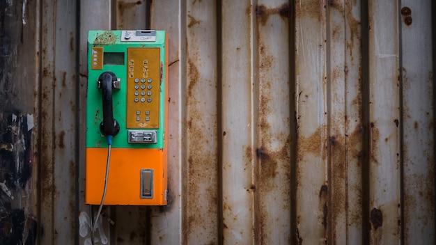 Vecchio telefono pubblico a gettoni