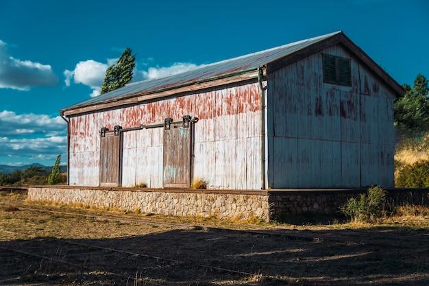 Vecchio capannone della ferrovia in patagonia