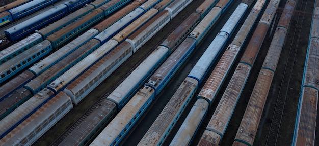 Vecchio nodo ferroviario, con vagoni merci e passeggeri arrugginiti. vista dall'alto.