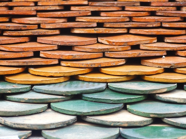 Vecchie mattonelle di tetto del mattone rosso