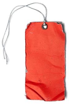 Vecchia etichetta di carta rossa su sfondo bianco