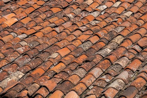 Vecchia priorità bassa del tetto di tegole rosse, tetto della casa. struttura.