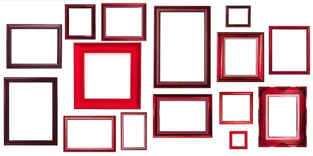 Vecchio telaio in legno rosso isolato su sfondo bianco