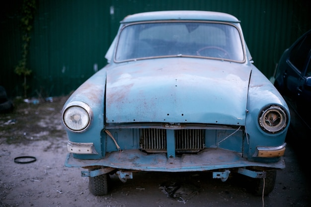 Vecchia automobile retrò in una discarica di auto.