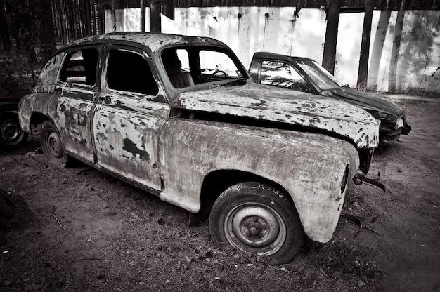 Una vecchia macchina retrò è ferma e arrugginita