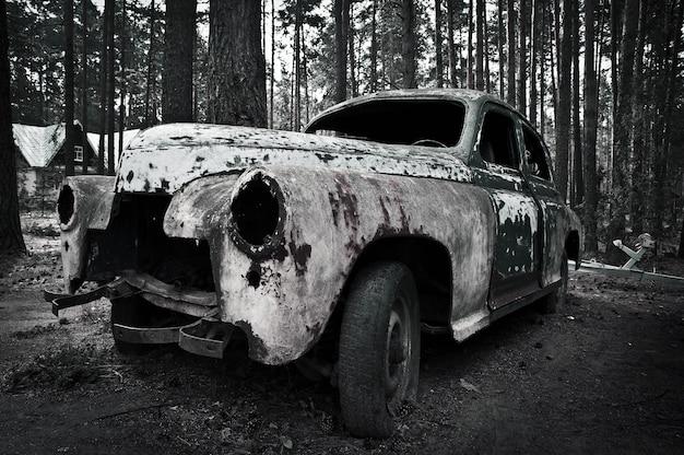 Una vecchia macchina retrò si trova nel bosco