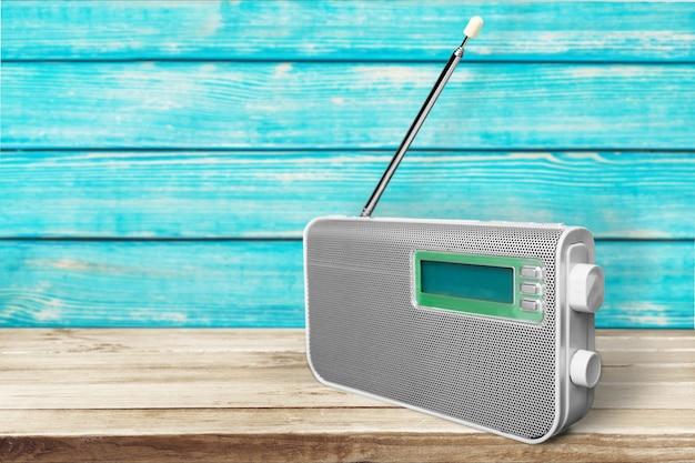 Vecchia radio retrò sullo sfondo