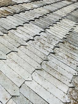 Un vecchio tetto fatto di scandole in legno, antica tecnologia affidabile.