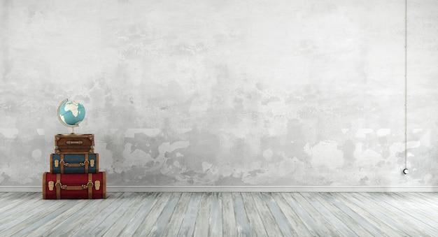Vecchia stanza con valigie in pelle colorate, pareti bianche e pavimento in legno. rendering 3d