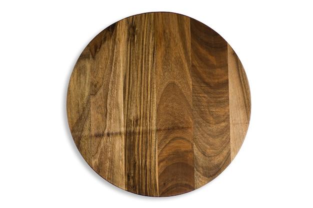 Vecchio tagliere di legno rotondo isolato su superficie bianca. primo piano del piatto rustico strutturato per il taglio di pizza, pane o pasti che servono, vista dall'alto.
