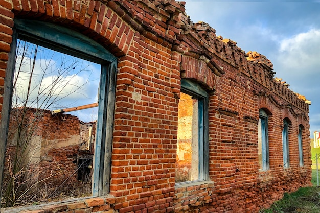 Vecchio edificio in rovina di mattoni rossi.