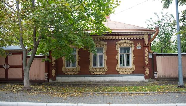 La vecchia casa di legno russa