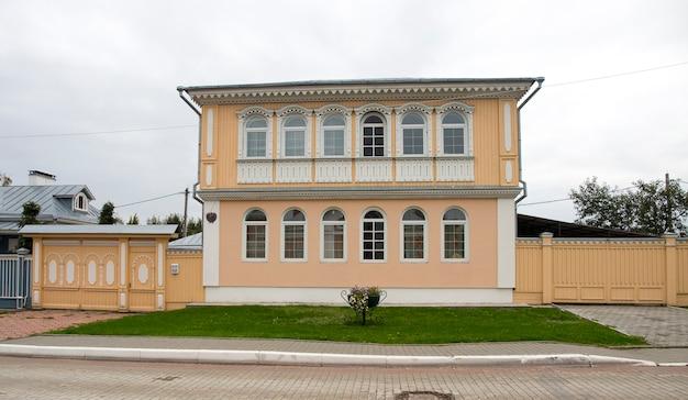 La vecchia casa di legno gialla russa