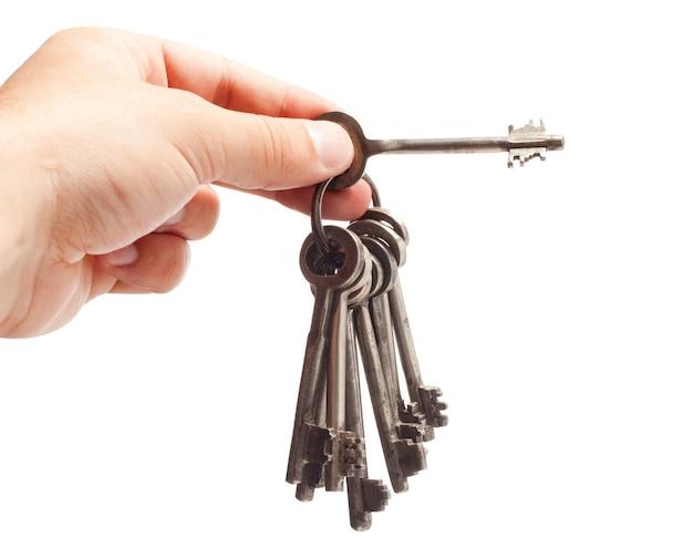 Vecchio mazzo di chiavi arrugginito in mano